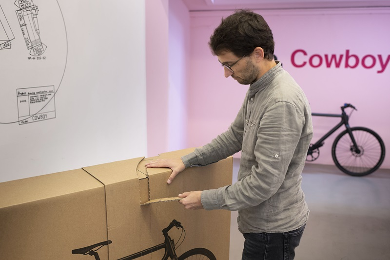 Easily unpack the e-bike by removing the lid